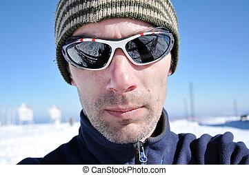 portret, od, niejaki, młody mężczyzna, z, sunglasses, na, zima