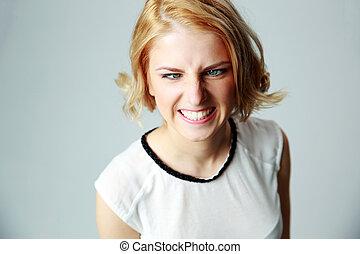 portret, od, niejaki, piękny, gniewna kobieta, na, szare tło