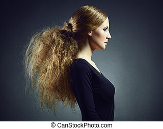 portret, od, niejaki, piękny, młoda kobieta, z, kędzierzawy, czerwony włos