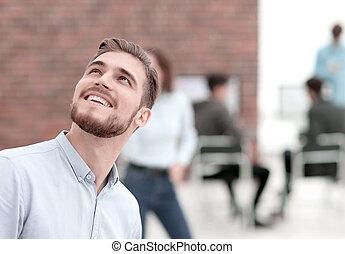 portret, od, niejaki, przystojny, uśmiechanie się, zaufany, businessman.