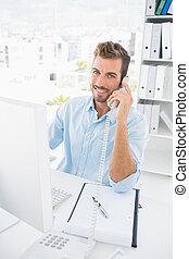 portret, od, niejaki, samiec, zdejmować redaktora, używając, telefon