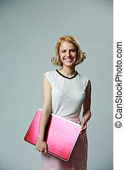 portret, od, niejaki, szczęśliwa kobieta, dzierżawa, laptop, na, szare tło