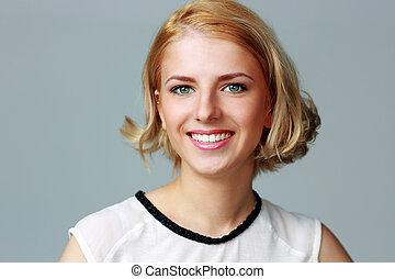 portret, od, niejaki, uśmiechanie się, piękna kobieta, na, szare tło