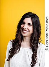 portret, od, niejaki, uśmiechnięta kobieta, na, żółty