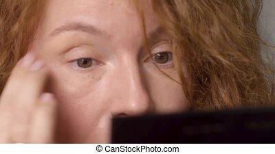 portret, od, piękna kobieta, zrobienie, charakteryzacja