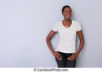 portret, od, piękny, afrykańska kobieta, przedstawianie, na, szare tło, i, uśmiechanie się