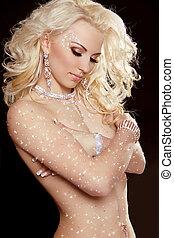 portret, od, piękny, blond, dziewczyna, z, długi, kędzierzawy włos, i, profesjonalny, make-up., jewelry., beauty., fason, woman.