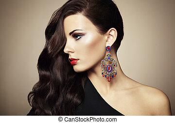 portret, od, piękny, brunetka, kobieta, w, czarny strój