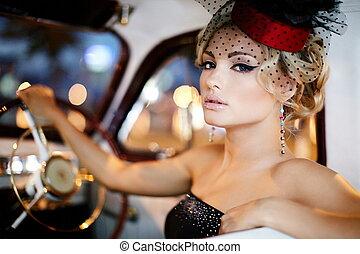 portret, od, piękny, sexy, fason, szykowny, blond, dziewczyna, wzór, z, jasny, makijaż, w, retro tytułują, posiedzenie, w, stary, wóz