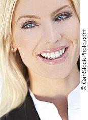 portret, od, piękny, szczęśliwy, młody, blond, kobieta, z, błękitne wejrzenie