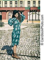 portret, od, retro, kobieta, w, rocznik wina, strój, chodząc, kapelusz