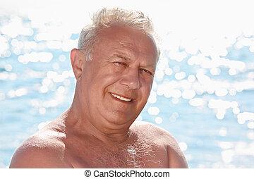 portret, od, starszy, uśmiechnięty człowiek, na, seacoast
