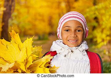 portret, od, szczęśliwy, afrykanin, dziewczyna, z, liście, grono