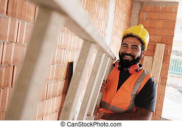 portret, od, szczęśliwy, hispanic, pracownik, uśmiechanie się, w, umieszczenie zbudowania