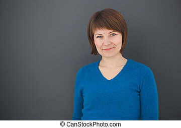 portret, od, szczęśliwy, młoda kobieta, na, szare tło, przeglądnięcie przyszło