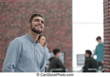 portret, od, uśmiechanie się, biznesmen, w, biuro.
