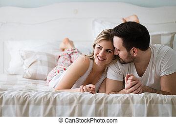 portret, para, kochający, młody, sypialnia