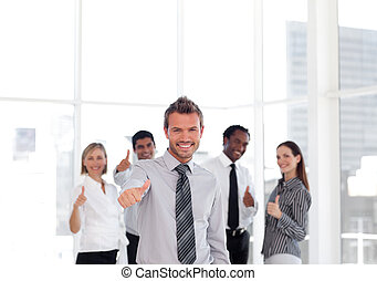 portret, szczęśliwy, biznesmen, thuumbs-up, młody