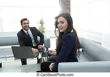 portret, uśmiechnięta dziewczyna, pracujący, meeting.