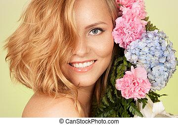 portret, uśmiechnięta kobieta, kwiat, pociągający
