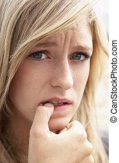 portret van meisje, bijtende spijkers