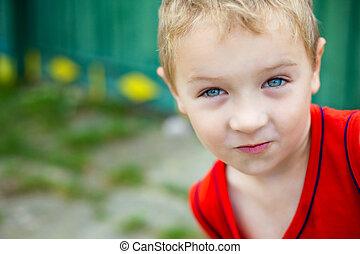 portret, zabawny, chłopiec, pełen wyrazu, sprytny
