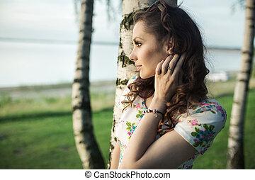 portriat, közül, a, bájos, barna nő, külső at, a, tó