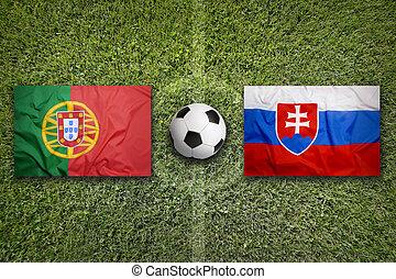portugal, vs., slovaquie, drapeaux, sur, champ football