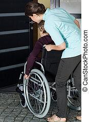 porzione, donna, casa, invalido, entrare, infermiera