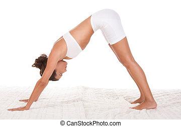 posa yoga, -, femmina, in, sport, vestiti, compiendo,...