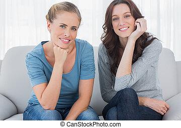 posar, enquanto, sofá, mulheres, sentando