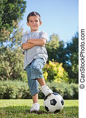 posar, futebol, cruzado, menino, braços, jovem