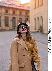 posar, menina, charming, rua, tingido, agasalho, andar, foto, felizmente, bege, vertical, outono, photo., óculos de sol, câmera.