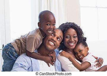 posar, sofá, junto, família, feliz