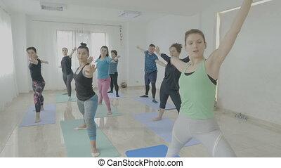 pose guerrier, yoga, après, thérapie, traitement, apprentissage, pendant, récupérer, classe, femmes