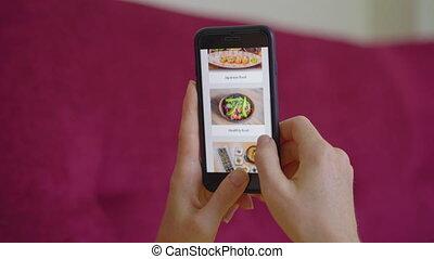 pose, nourriture, ligne, smartphone., elle, appartement, jeune, utilisation, divan, femme, elle, ordres