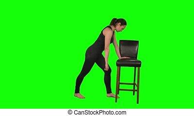 pose, rééducation, debout, noir, vert, penchant, exercices, épaule, fitness, chaise, écran, femme, studio., isolé