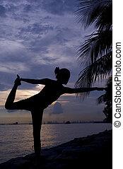 pose yoga, à, coucher soleil