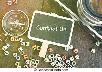 poser, bloc, sur, compas, appareil photo, alphabétique, nous, bois, vue, contact, sommet table, plat, vendange, concept, mot