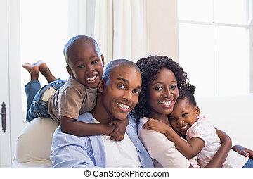 poser, divan, ensemble, famille, heureux