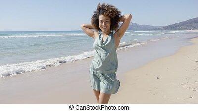 poser, femme, combinaison, porter, plage, été