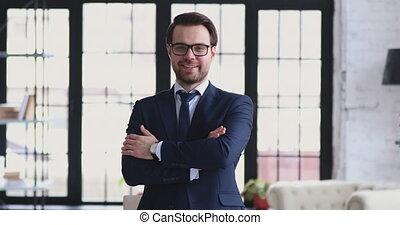 poser, réussi, bureau, porter, moderne, sourire, costume homme affaires