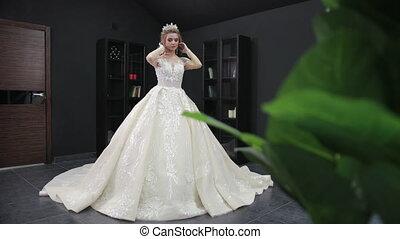 poses, salle, appareil photo, couronne, blanc, mariée, robe, mariage, blond, jeune