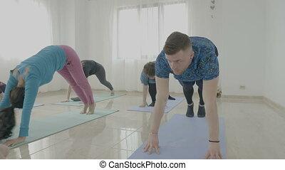poses, yoga, femme, age moyen, jeune, leur, femmes, fait, écoute, nouveau, instructeur, essayer, classe, homme