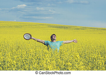 posição homem, ligado, amarela, rapeseed, prado, com, levantado, hands., conceito, de, liberdade, e, happiness.