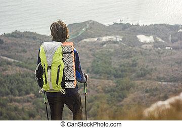 posição homem, ligado, um, penhasco, em, montanhas