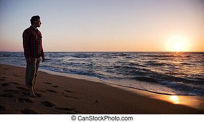 posição homem, praia, e, olhar, pôr do sol