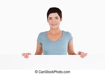 posição mulher, atrás de, um, em branco, painel