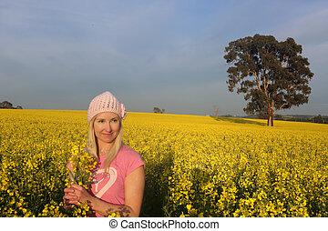 posição mulher, em, um, campo, de, dourado, canola, fazenda