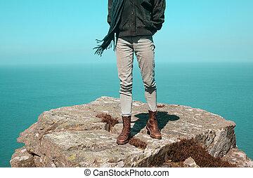 posição mulher, ligado, um, penhasco, por, a, mar